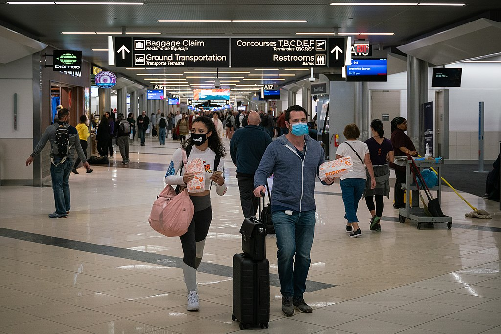 1024px-2020-03-06_—_Coronavirus_–_Flyers_at_Hartsfield-Jackson_Atlanta_International_Airport_wearing_facemasks